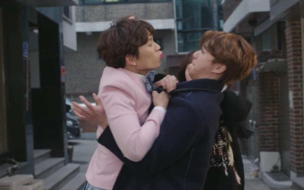 Ahn Yona (Ji Sung) is trying to kiss Oh Ri On (Park Seo Joon)