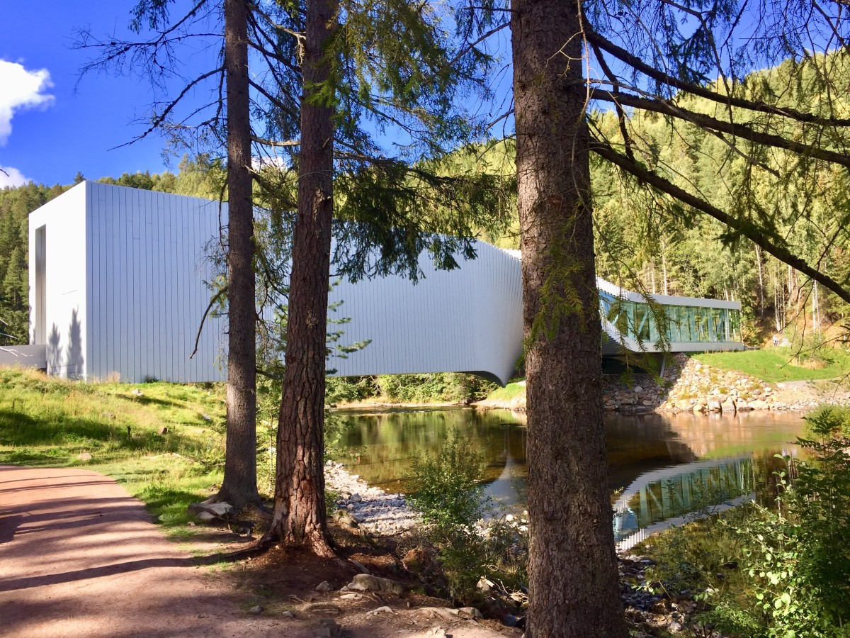 Visitors enter The Twist from the south side of the river through a double-high dramatic space. Idyllic paths and forests surround the building.