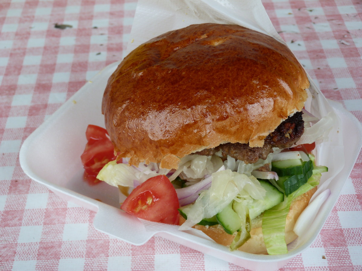 Hungarian street food chain was developed in half a year, where the basic hamburger meant soft bread rolls filled with the beef patty, garlic, mustard and mixed pickles (the so-called csalamádé)