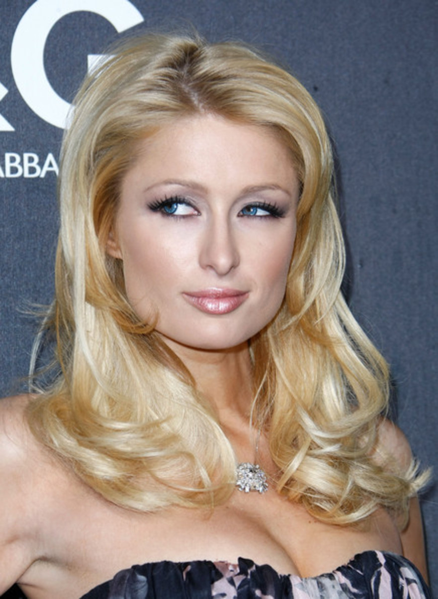 paris hilton medium blonde wavy hairstyle