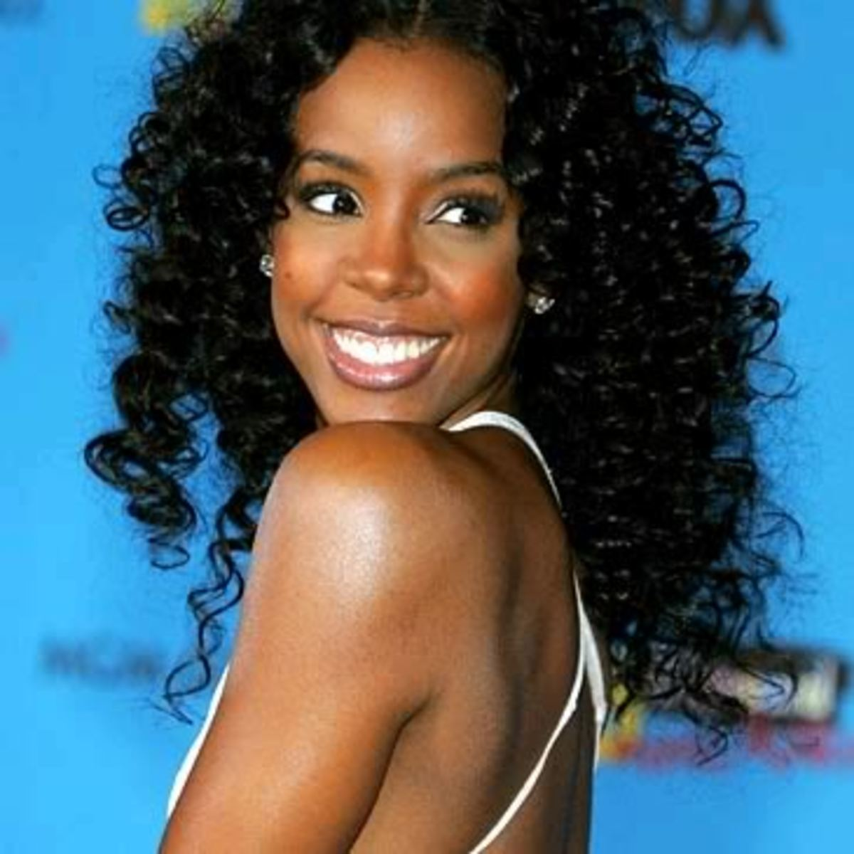 Kelly Rowland curly hairstyle.