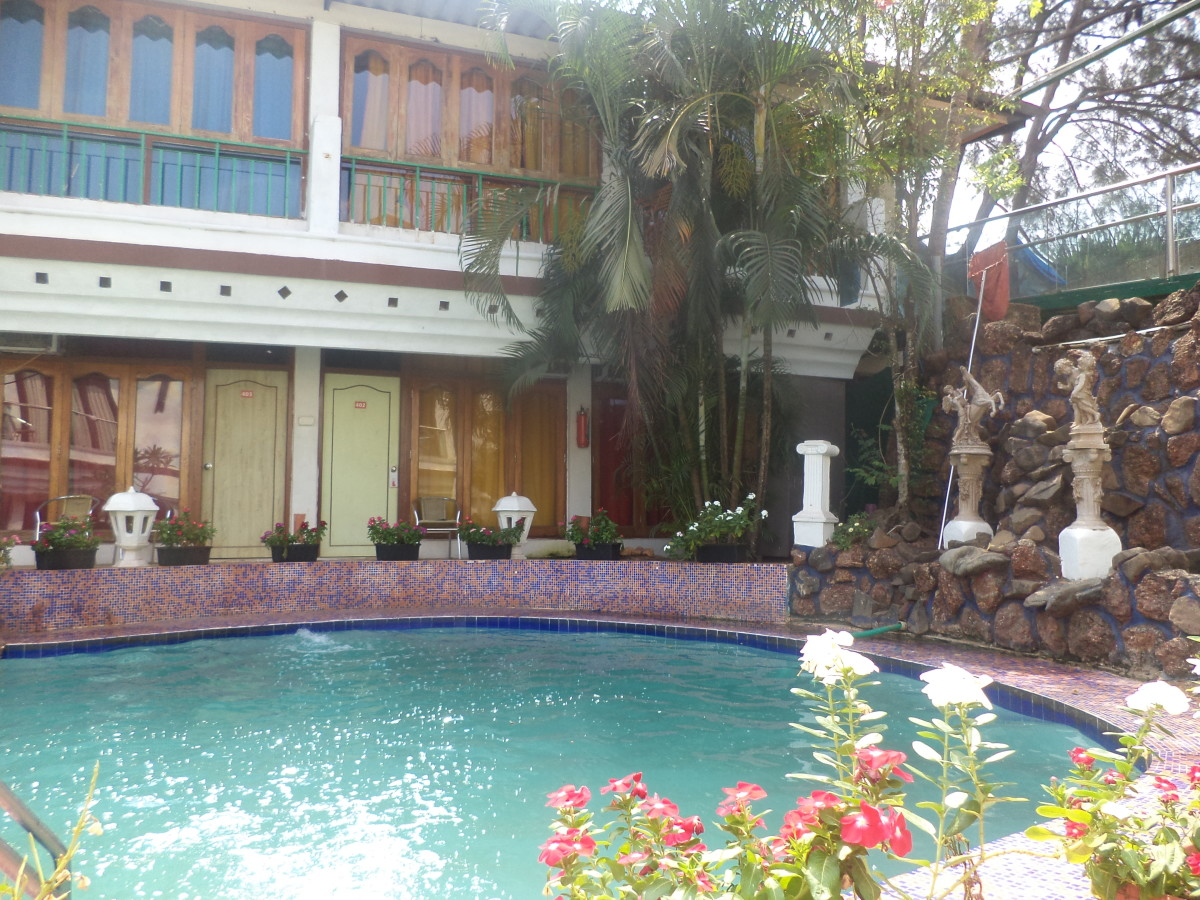 Small but really beautiful swimming pool of Estrela Do Mar Beach Property in Goa. Accommodation in peak season is around 3000 to 3500 per day.