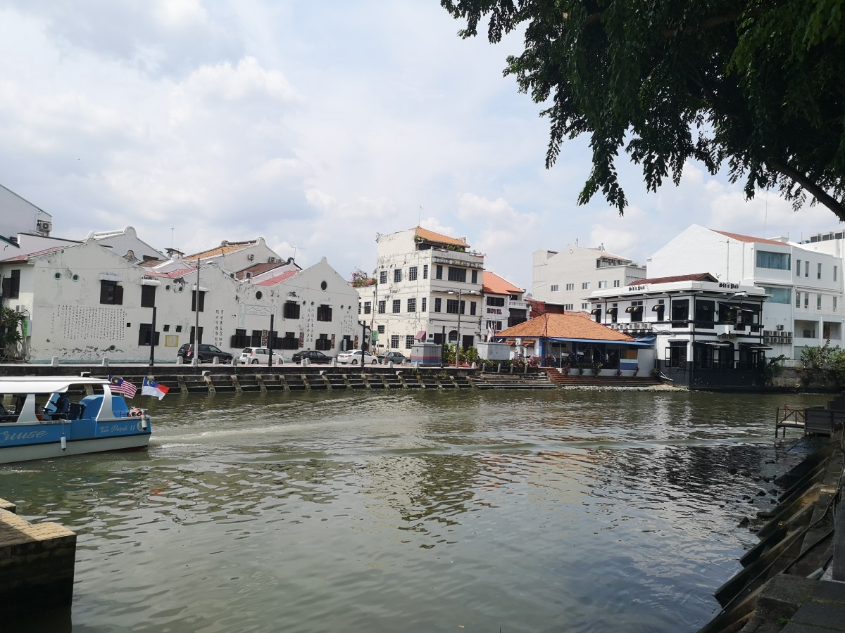 Along the Melaka River... Jonker Street is just behind the buildings and there is another famous pub called Sid's Pub in the photo (right side)