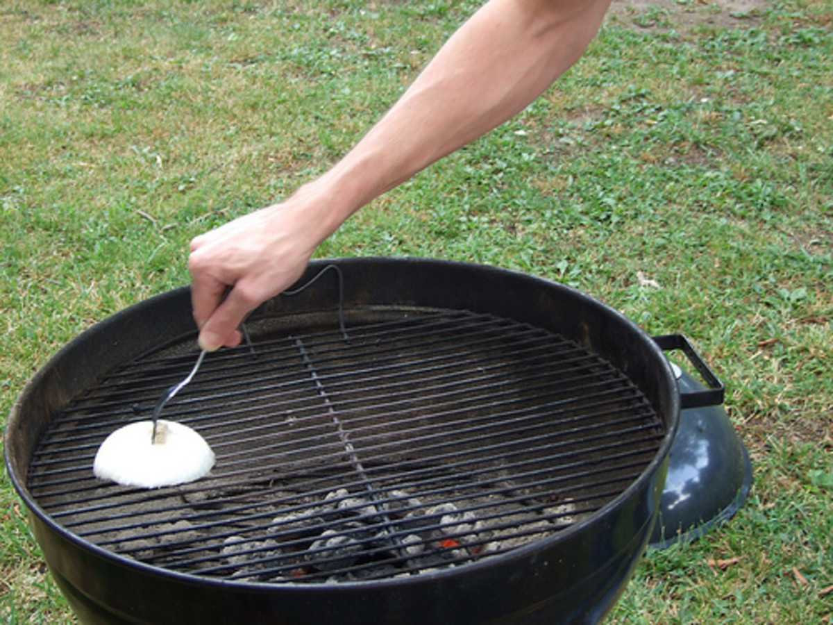 Cleaning Grill with an Onion (Photo courtesy by allygirl1520 from Flickr.com)