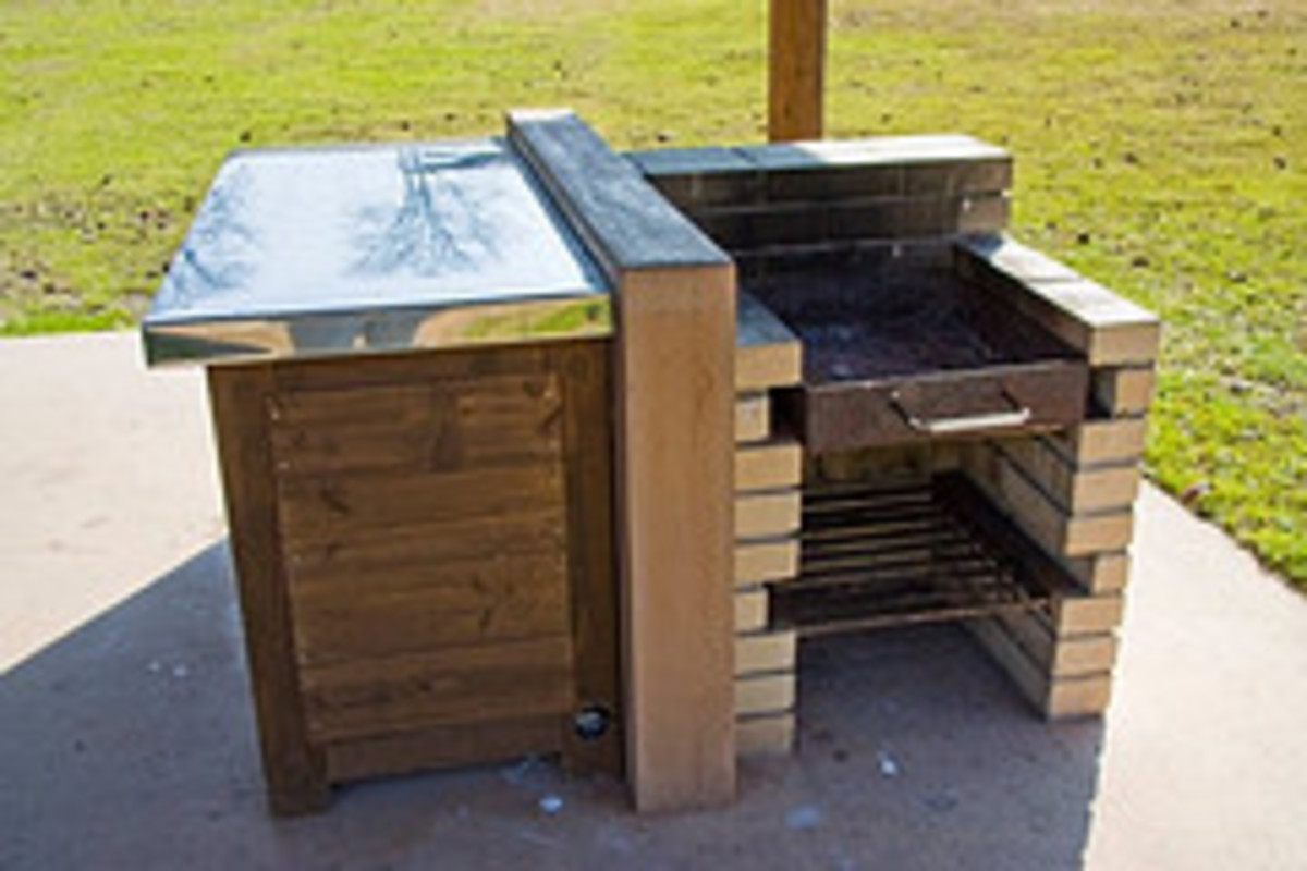 Modestly-Designed Outdoor Grill (Photo courtesy by Lisa 'stewlis' from Flickr)