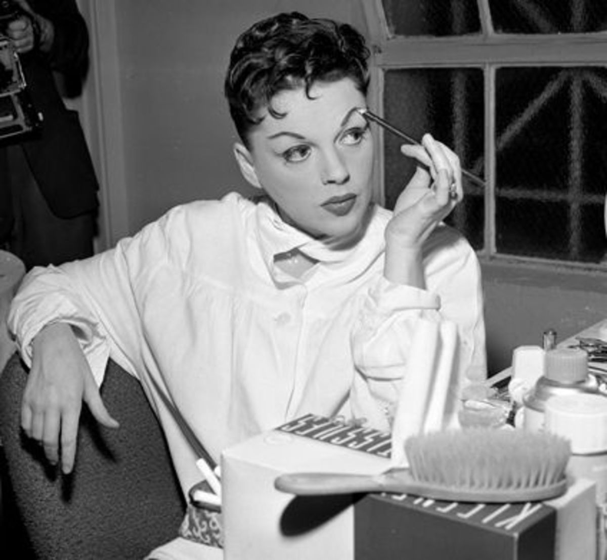 But here's Judy Garland again, with her real face-shape showing.  The well-defined curls are askew, like her slanted eyebrows and ears, giving the impression of an exotic heart shape.