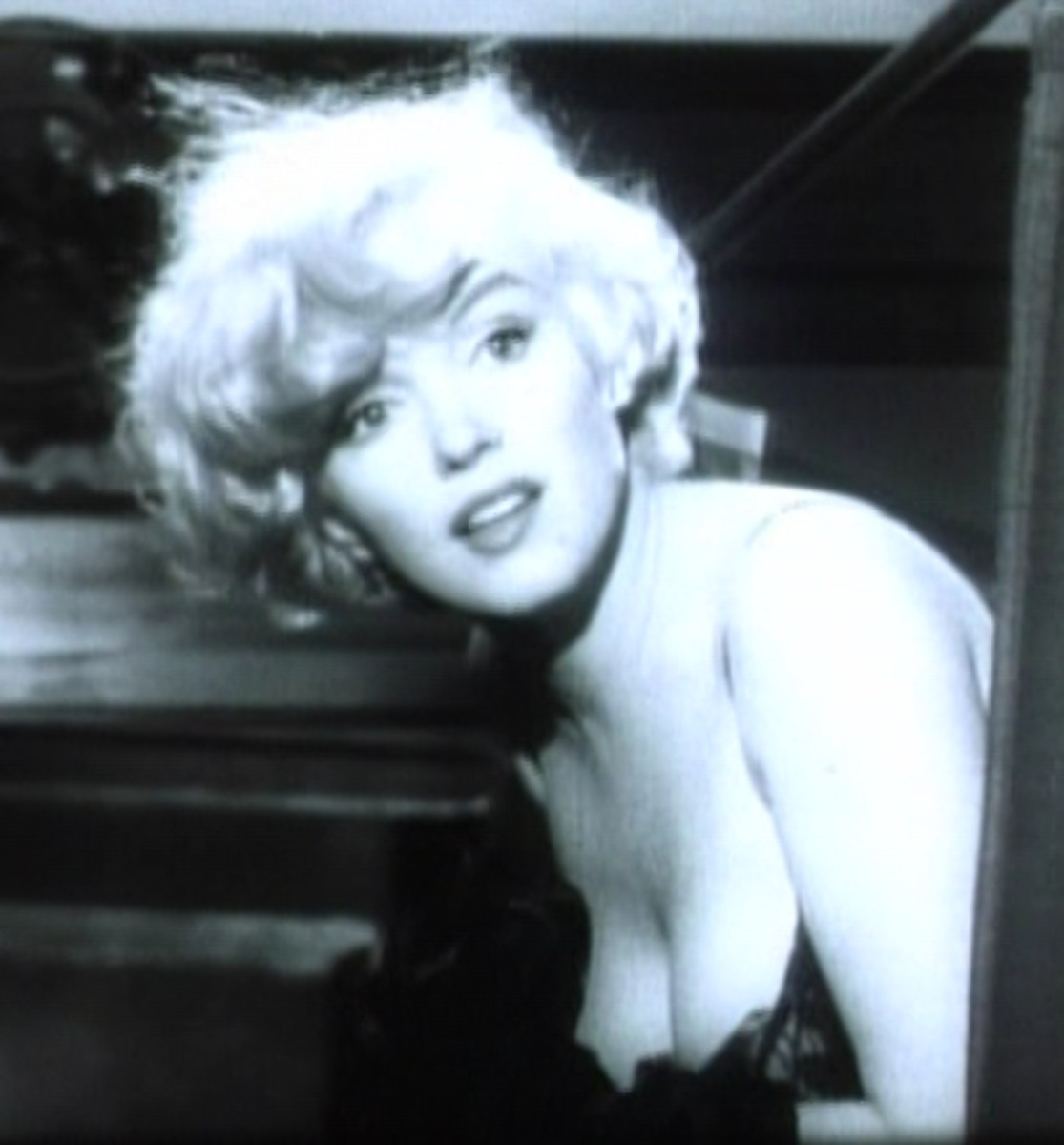 Marilyn's fluffy cropped style in Some Like It Hot totally disguises the length of her face.