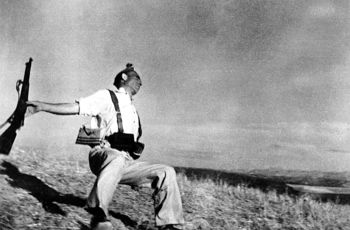 """""""DEATH OF A LOYALIST SOLDIER"""" BY ROBERT CAPA IN 1936"""