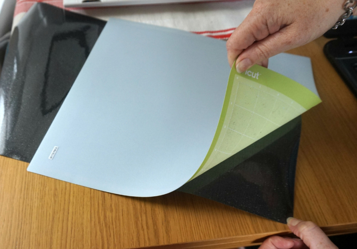 Always remove the mat from the material to prevent curling. Make sure that you do not bend the mat too far or it may crack, Roll it gently.