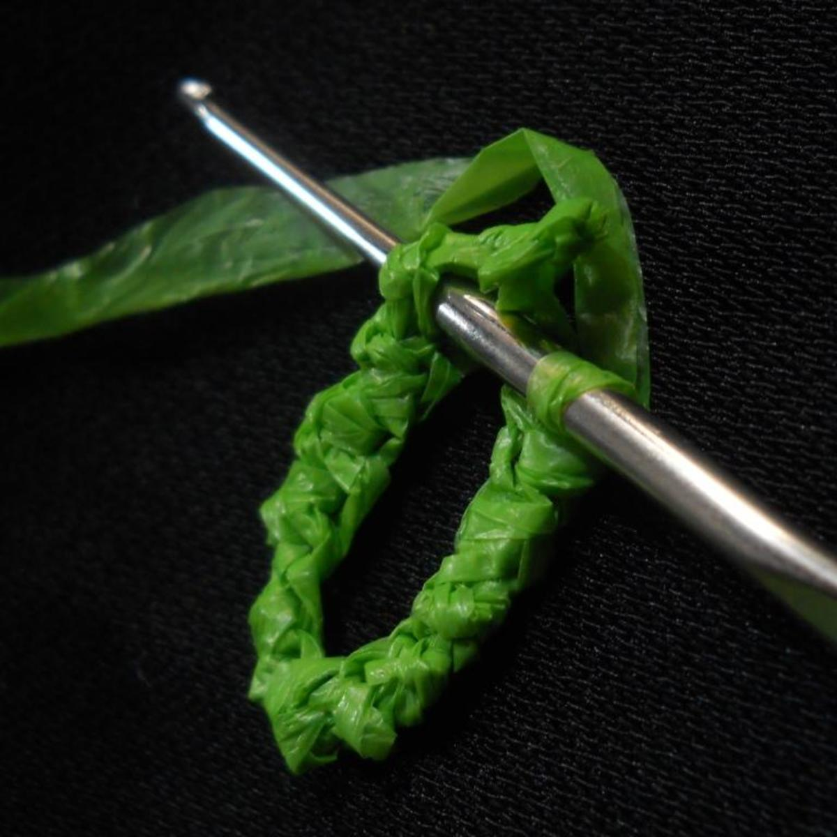 TWIST the remaining chains, sl st the last rsc to the first rsc. NOTE the position of the hook, the motif in progress and the yarn.