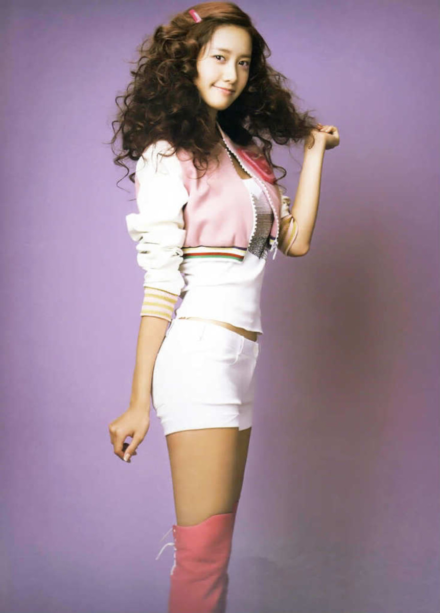 Yoona curly hairstyle.