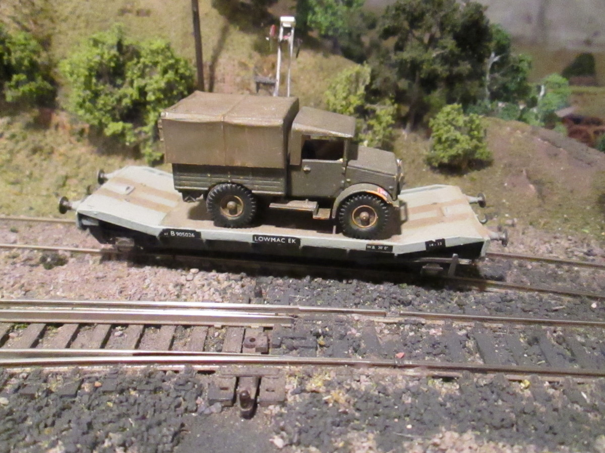 Airfix/Dapol BR Machine Wagon in grey unfitted livery with Oxford scale military tarpaulined wagonload