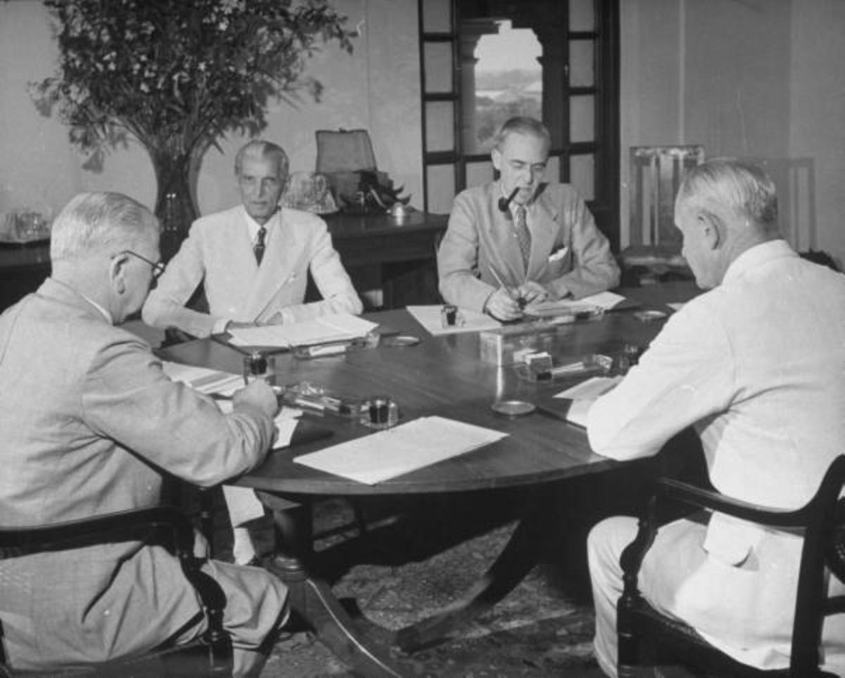 Jinnah sitting in front and listening to the views.