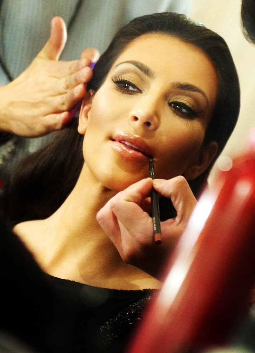 Kim Kardashian putting on makeup. Makeup for olive skin, brown eyes, black hair