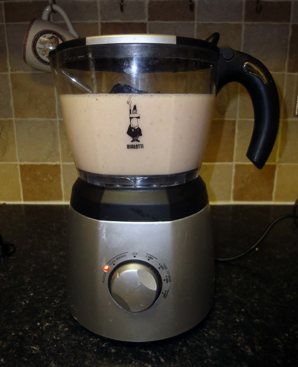 Add the blended bananas and milk to the Bialetti milk frother set to cool, to cool, mix and froth