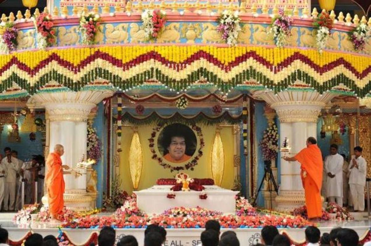 The swinging garland miracle over the Mahasamadhi - May 22nd 2012
