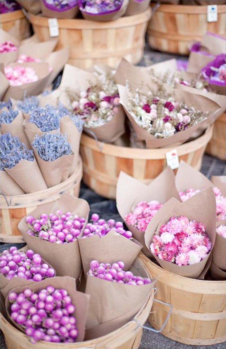 Flower market styled mini bouquet favors for guests to pick up!
