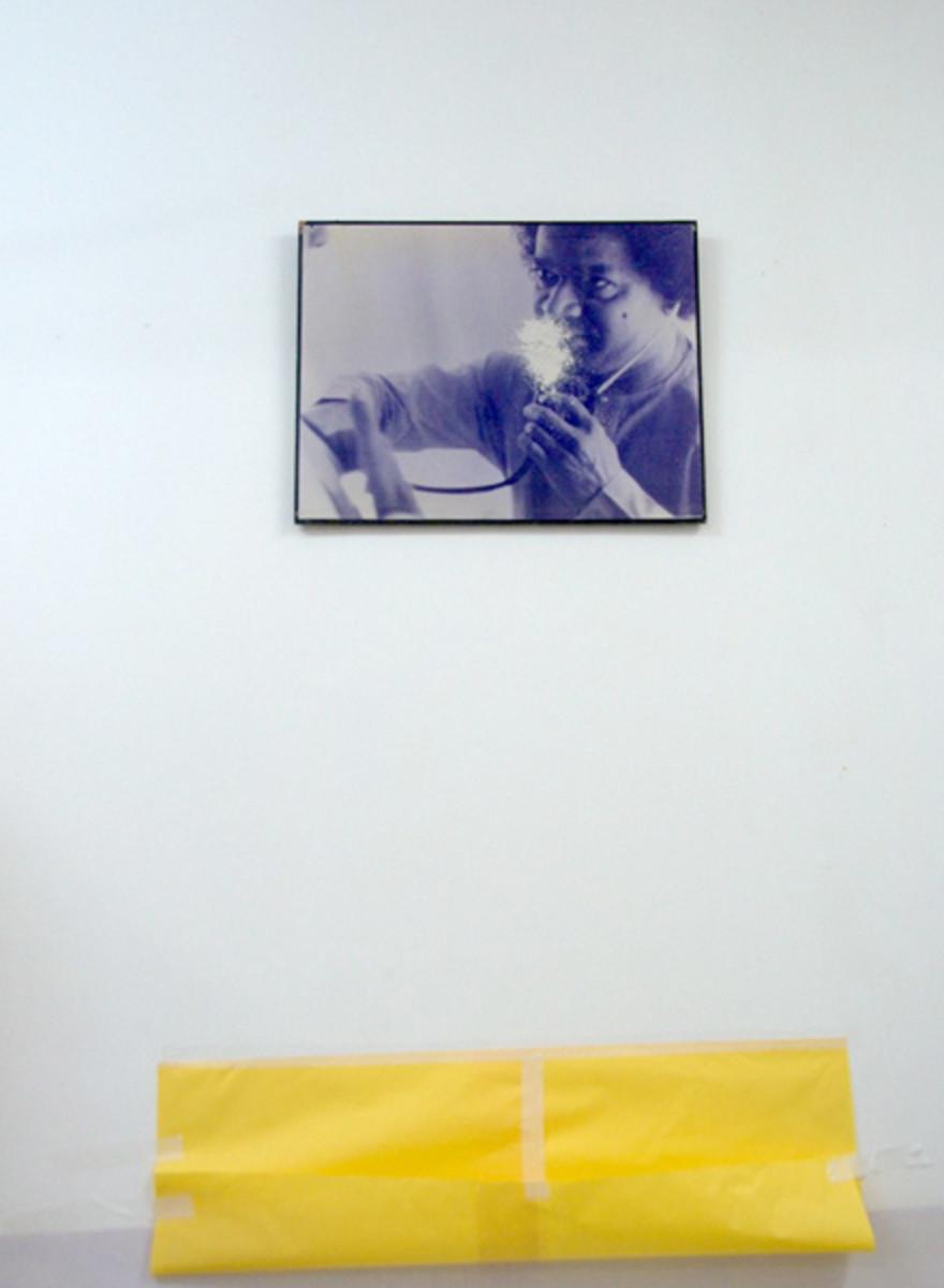 La fotografía de Swami con el estetoscopio en una sala a Sathya Sai general Hopital que fue exudando vibhuti de 8 pies sobre la tierra!  A 'de papel colección' amarilla se había fijado a continuación.