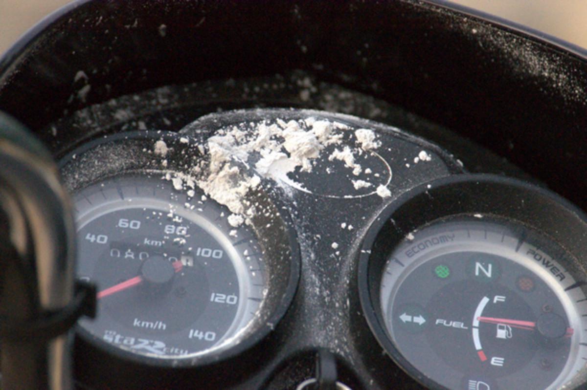 Los trozos de vibhuti que habían aparecido en los diales de una moto.