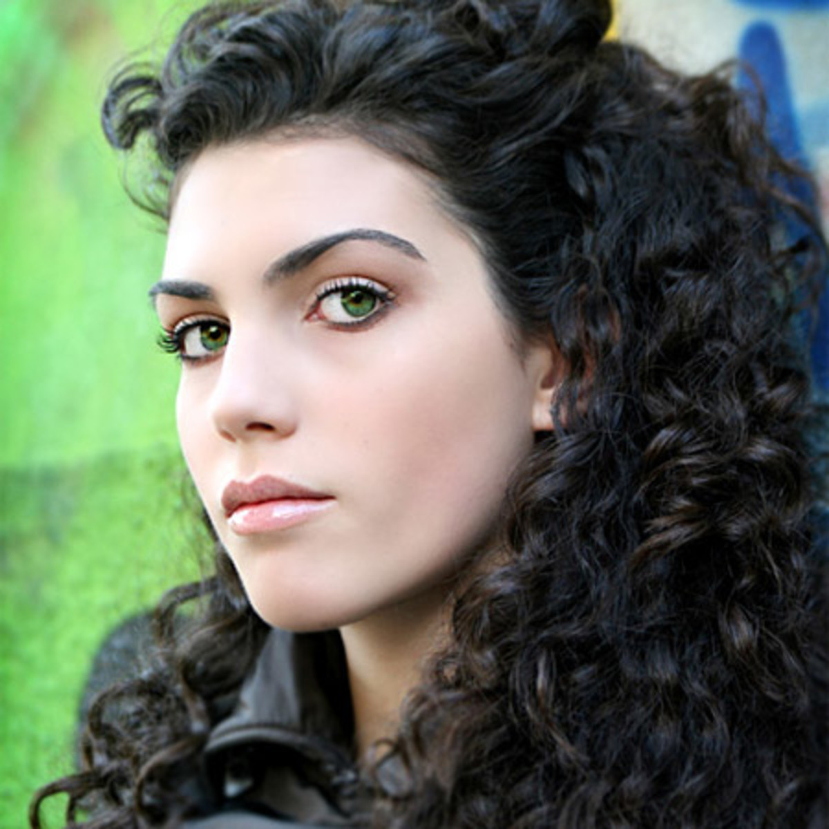 Best eyeshadow, blush, and lipstick colors for black hair and green eyes
