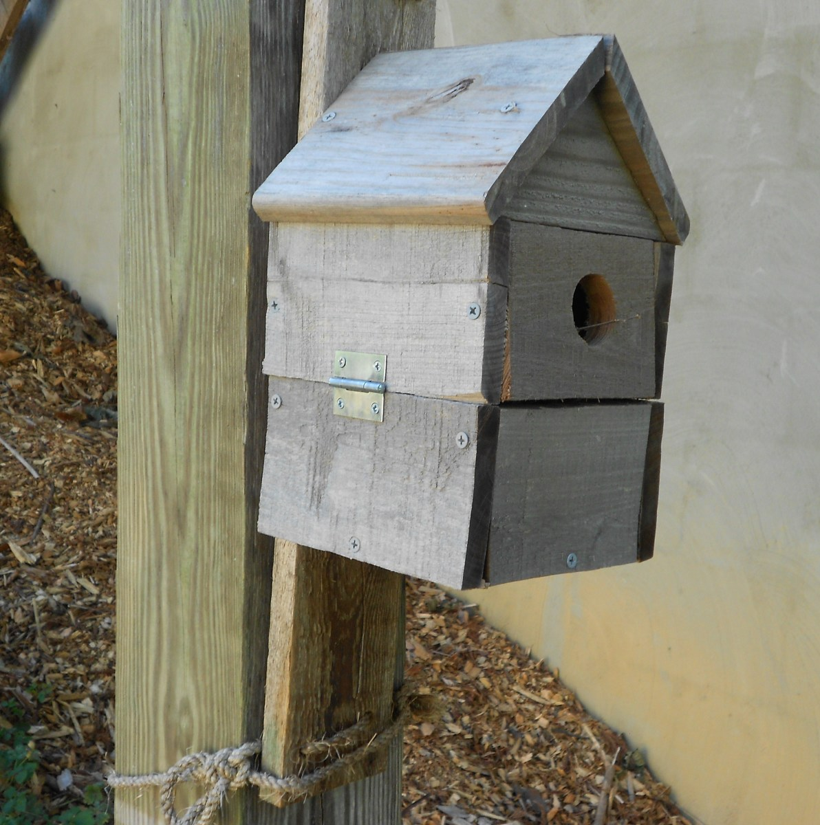 This bluebird house is easy to build from reclaimed pallet wood.  This one is a mix of yellow pine and red oak.