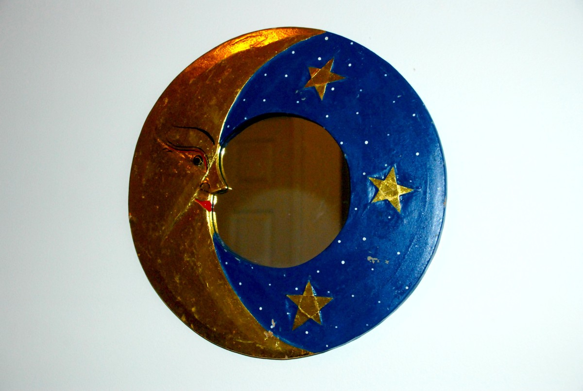 This moon mirror has a calming effect.