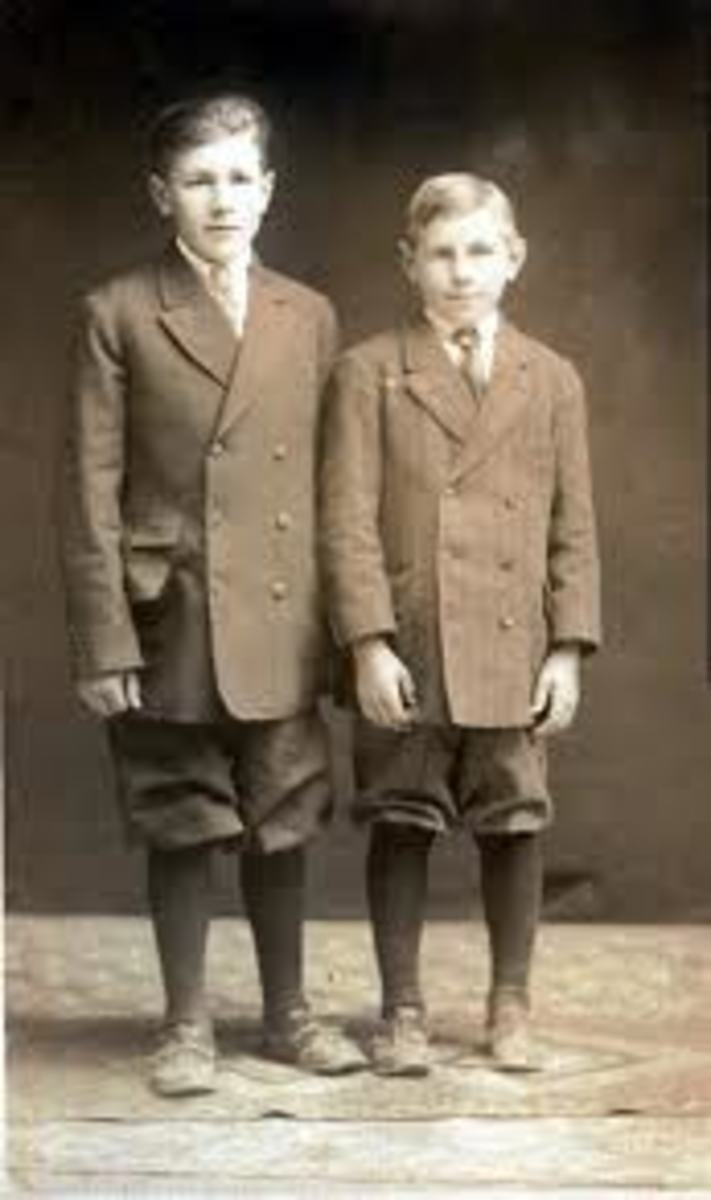 U.S. schoolboys wearing knickerbockers (1900s)