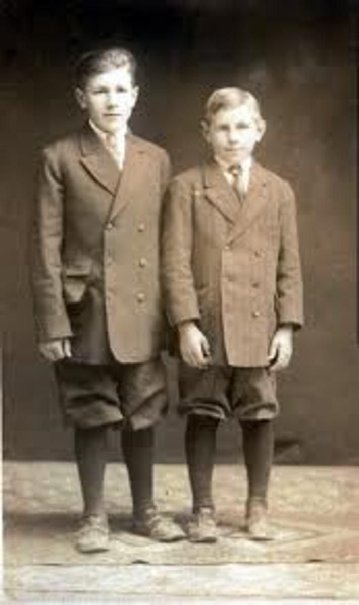 U.S. schoolboys wearing knickerbockers (1900s)