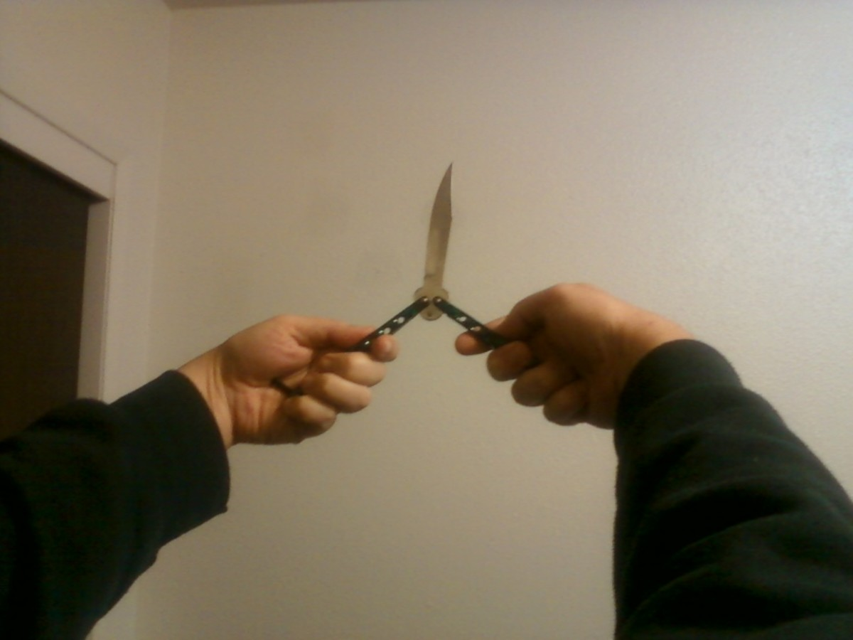 Turn Balisong so that blade points upward.