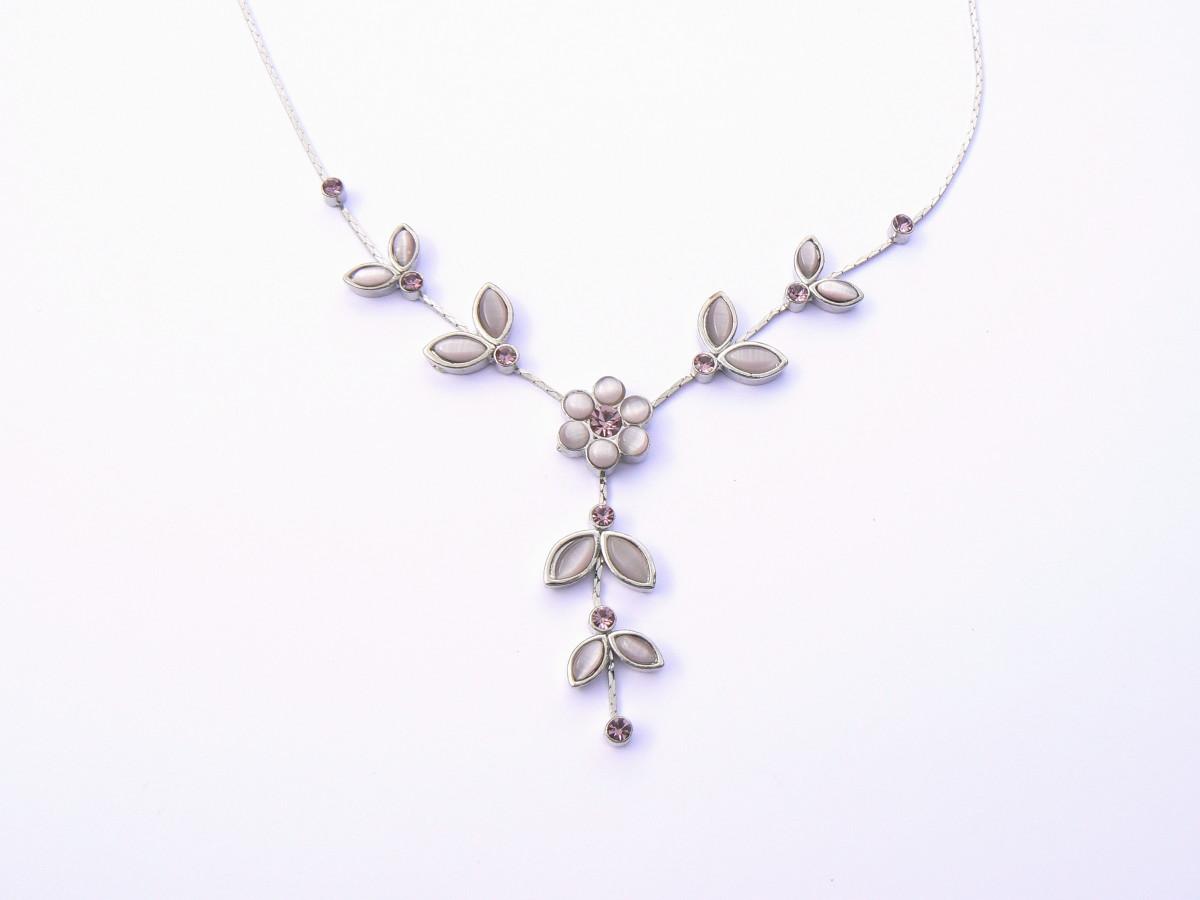 Edwardian jewelry often used leaf and flower motifs.