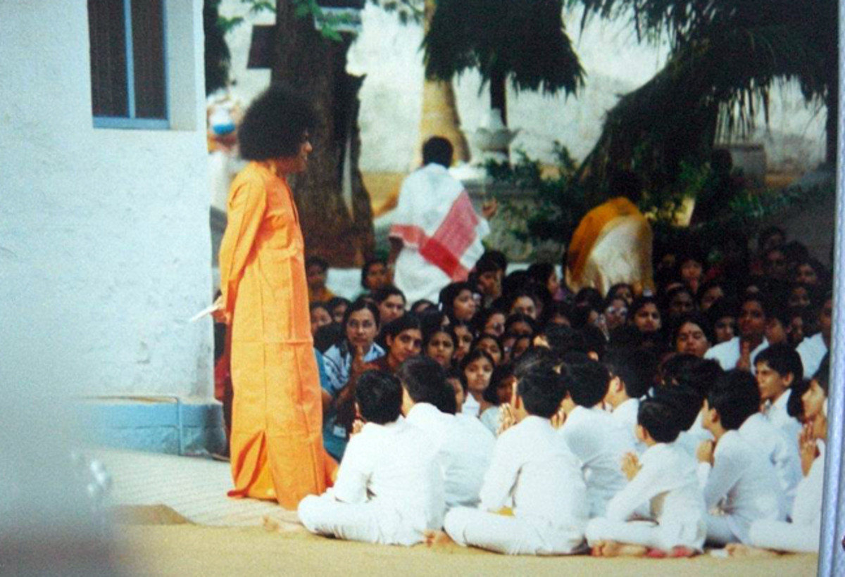 Swami interacting with the children from Primary School in the 'good old days'.