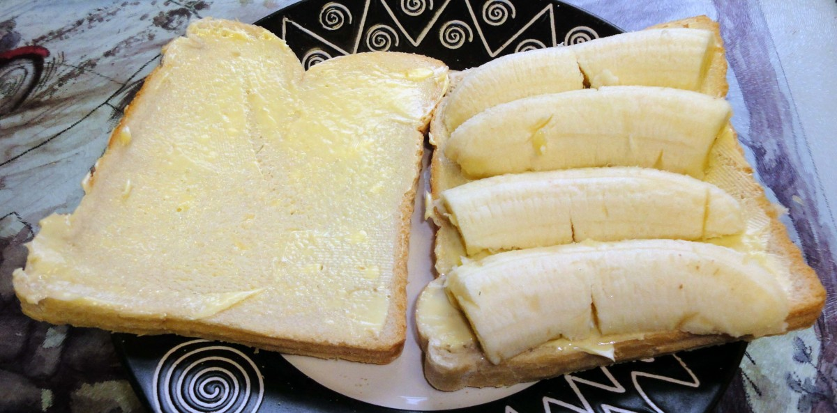 Adding sliced banana to the bread