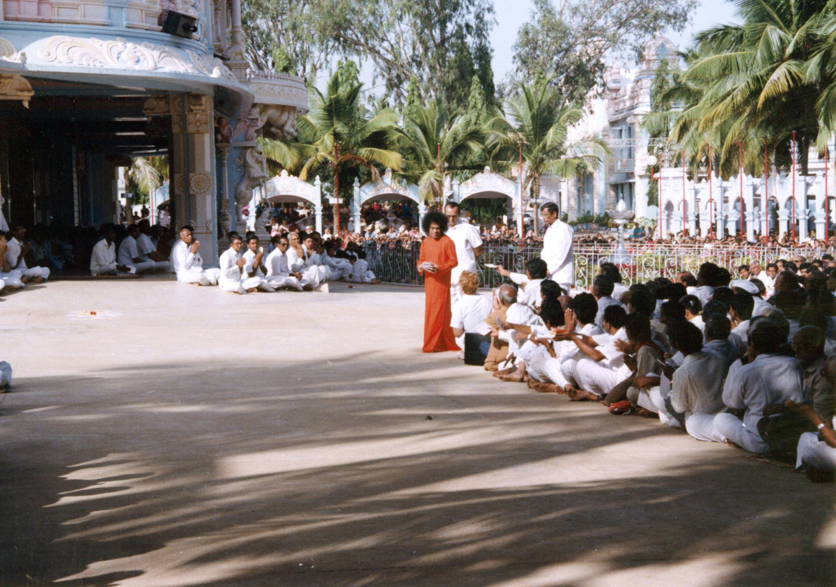 This photo gives a good idea of how the Darshan grounds looked in 1992. The building on the left is the bhajan hall in front of which is the sheltered portico. This is where the 'privileged spots' were.