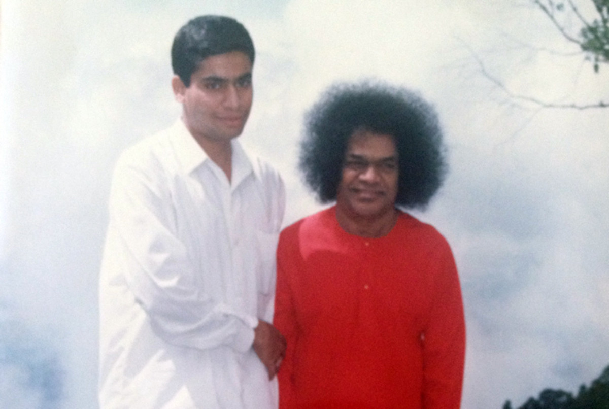 A picture of Pushkaraj Gumaste with his beloved Swami in Kodaikanal (1993).