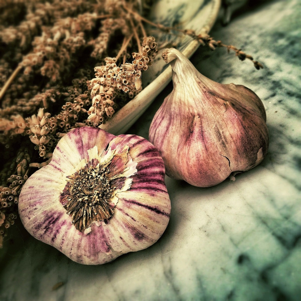 There might be a link between garlic and hydrogen sulfide in the body.