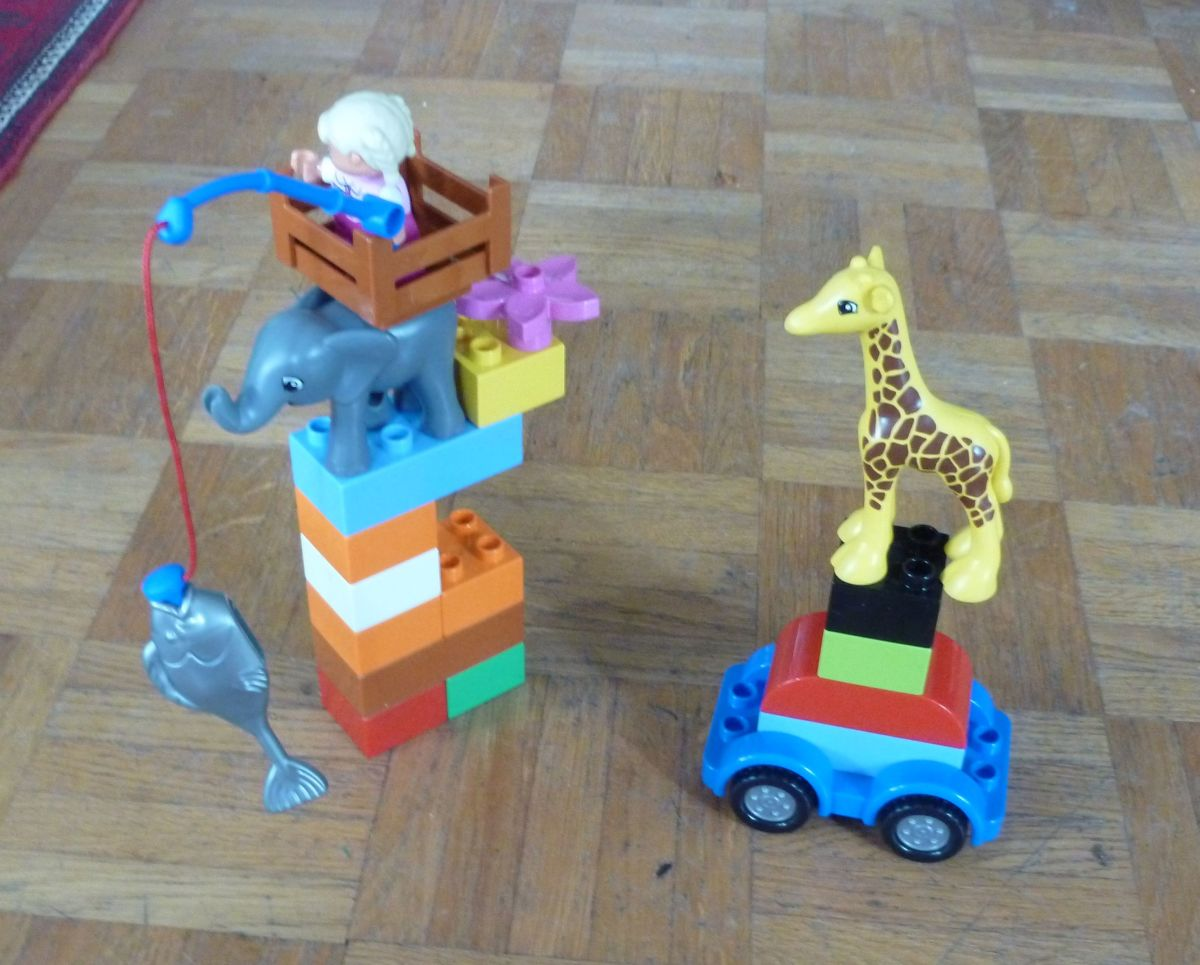 The animal figures from the themed zoo sets can be incorporated into interesting builds made with generic bricks.