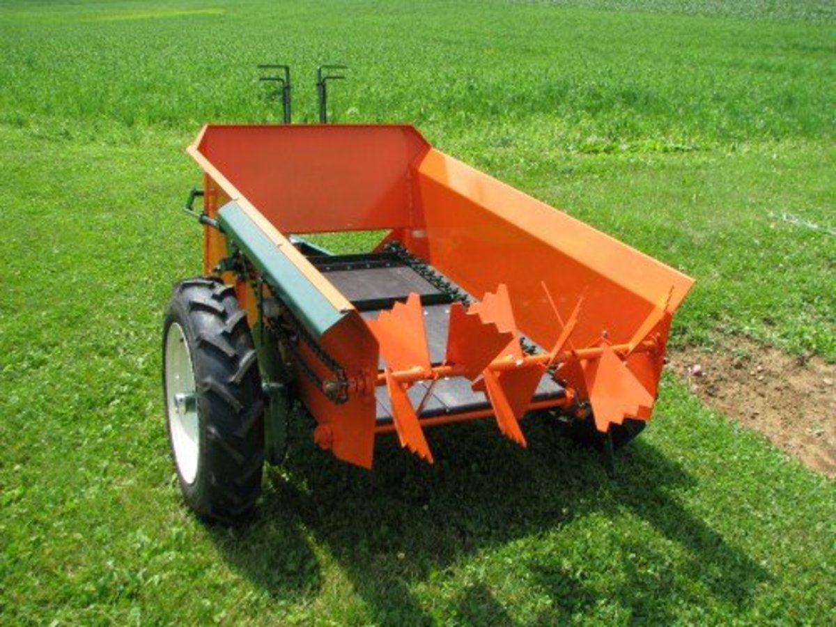 Amish made compact manure spreaders