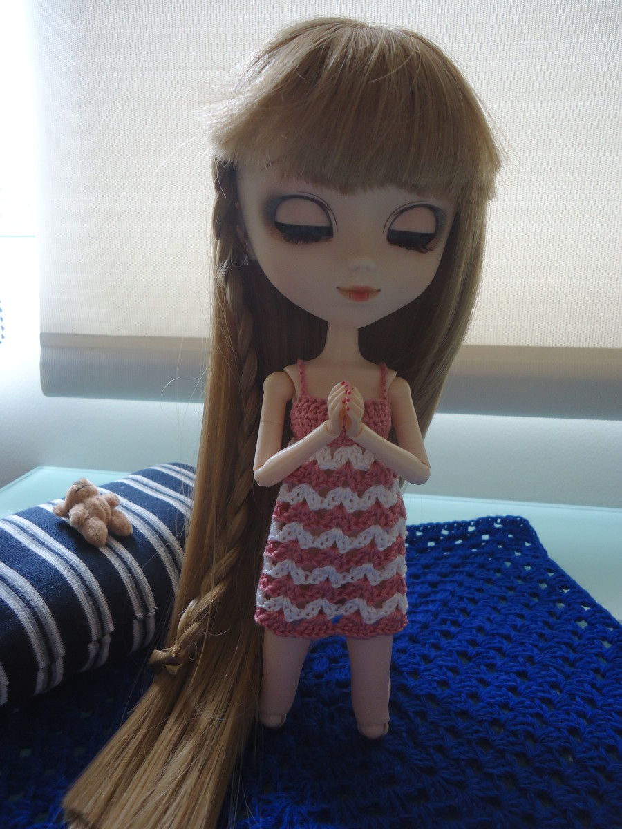 Pullip praying before going to sleep in her Babydoll Nightie