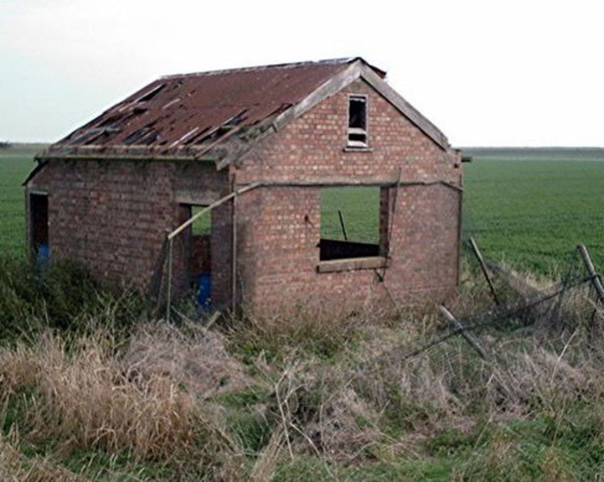 Derelict Building in the Marsh - By John Myers [CC-BY-SA-2.0], via Wikimedia Commons