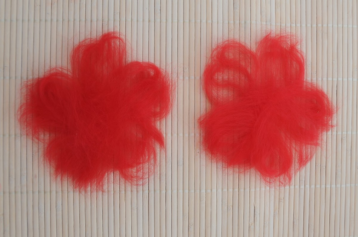 Wool fibers laid out on the template and then place them on a sushi mat