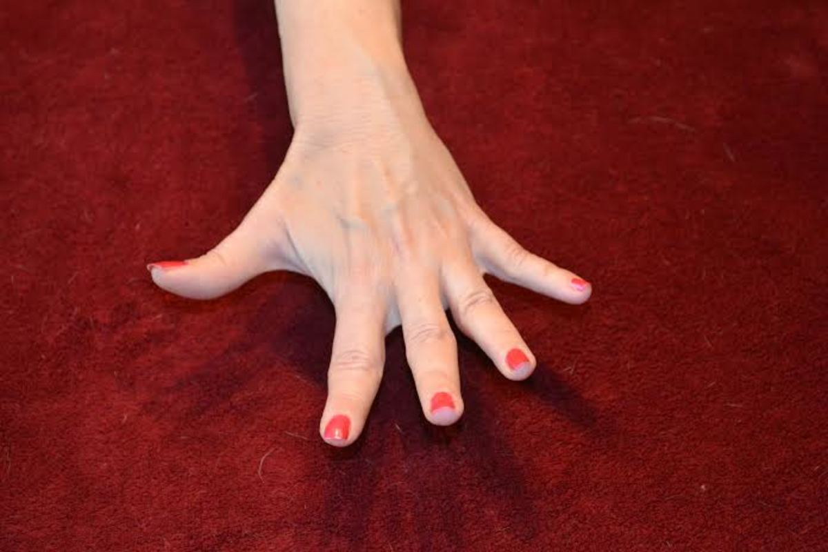 This is a strong and dynamic stretch for your fingers.