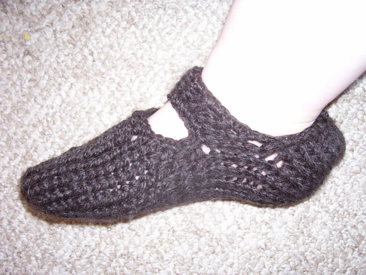 Slippers with a strap for the Knifty Knitter looms.