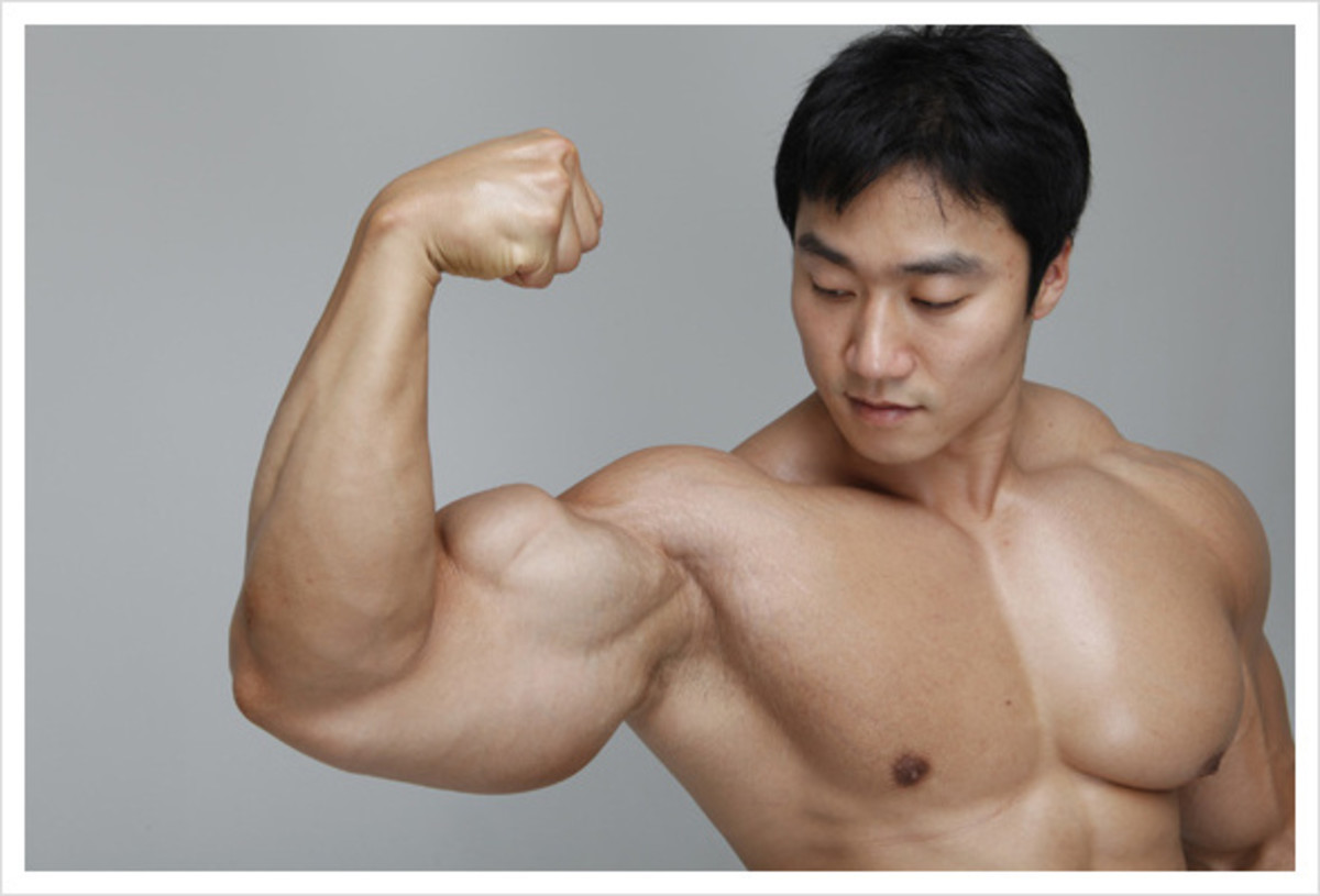 Korean bodybuilder Lee Seungcheol (이승철 선수) flexing his bicep