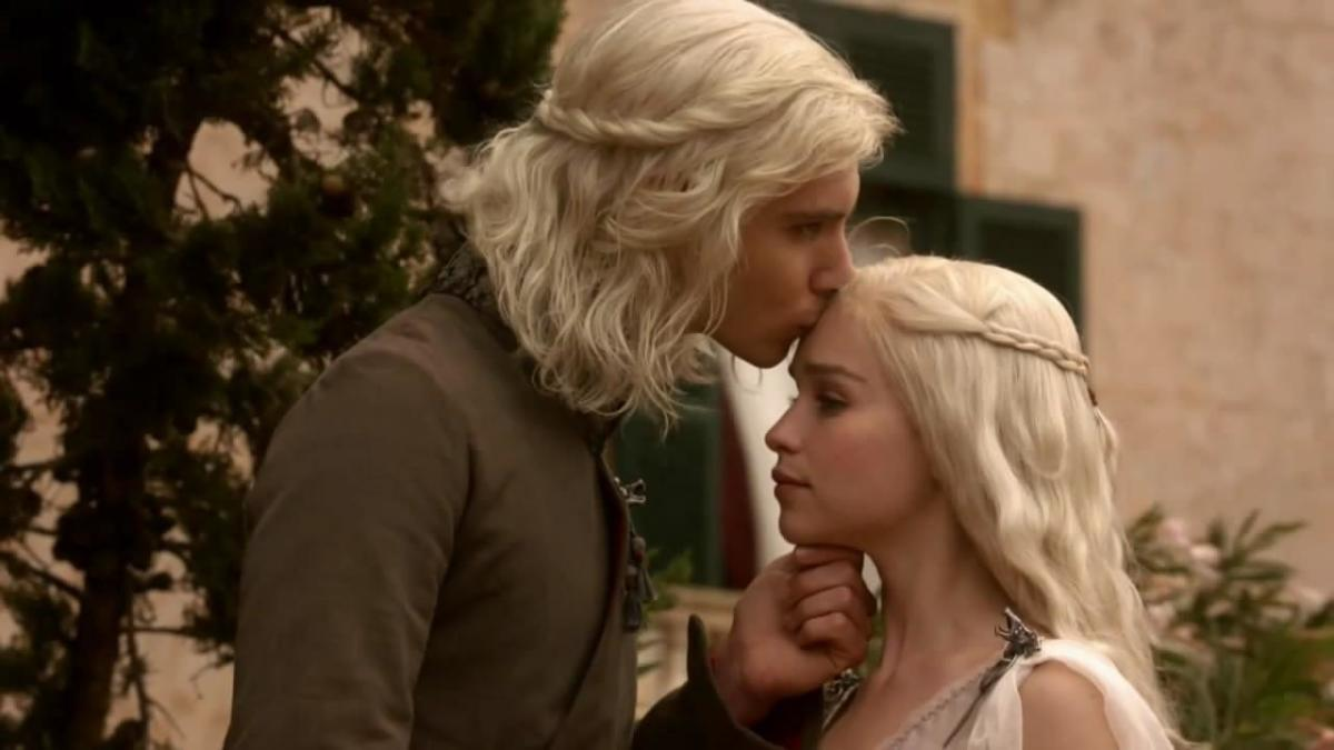 Viserys (Harry Lloyd) and Daenerys Targaryen (Emilia Clarke)
