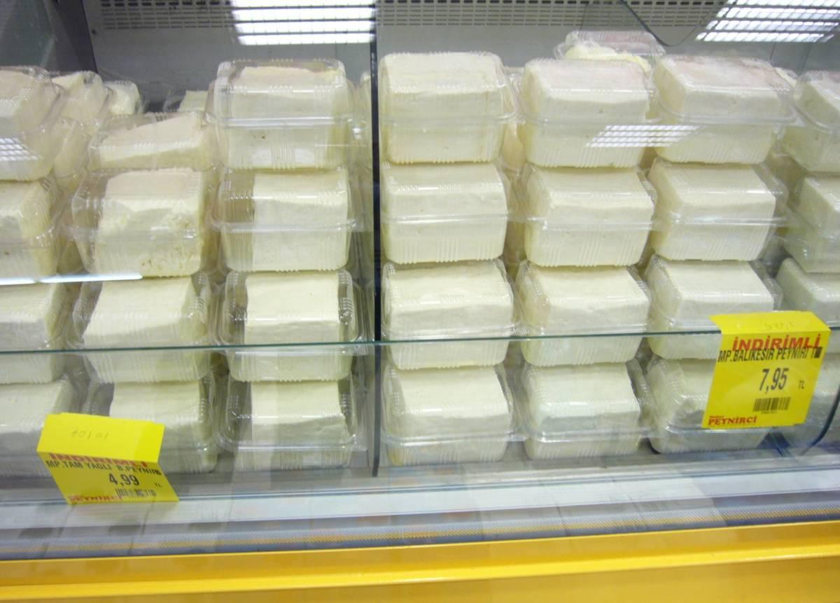 Beyaz peyniri in packs.