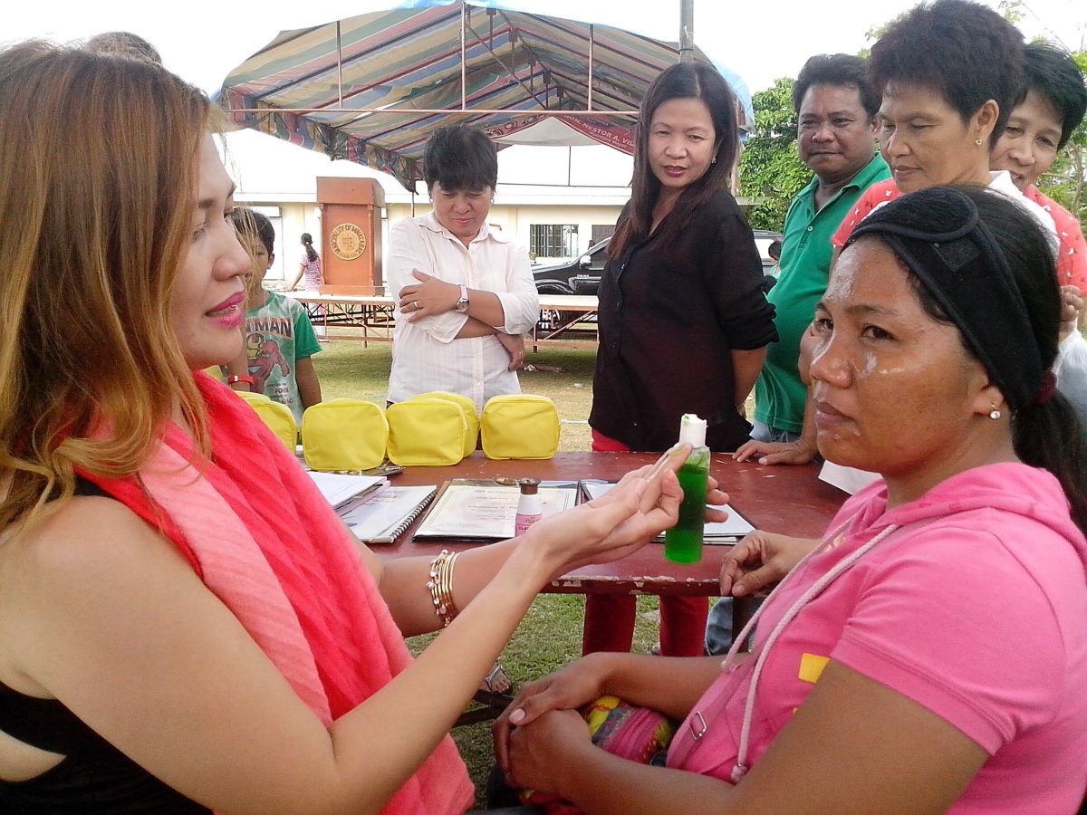 A client during a beauty-demo of one of the exhibitors (Photo Source: Ireno A. Alcala)