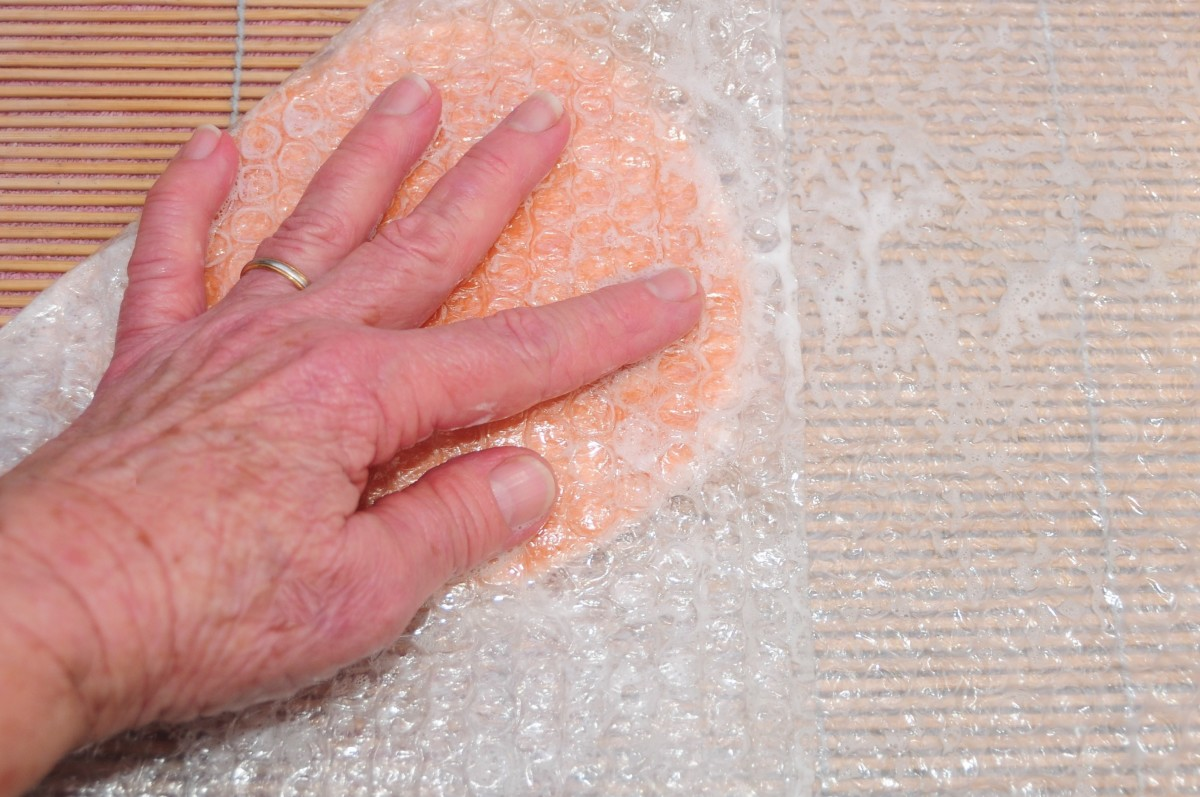 Rub the wet surface of the bubble wrap.