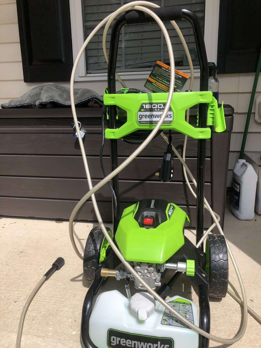 1800 psi power washer. Yes, it's electric. Pay special attention to the psi. You should not go over 1800, or you can damage your car's paint.