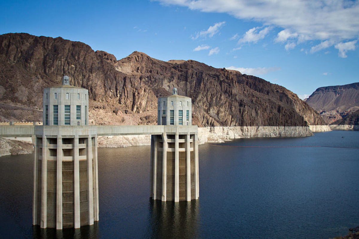 Hoover Dam, 2012, with the 'bathtub ring' showing low water level.  Image by Tony Webster, courtesy Wikimedia Commons.