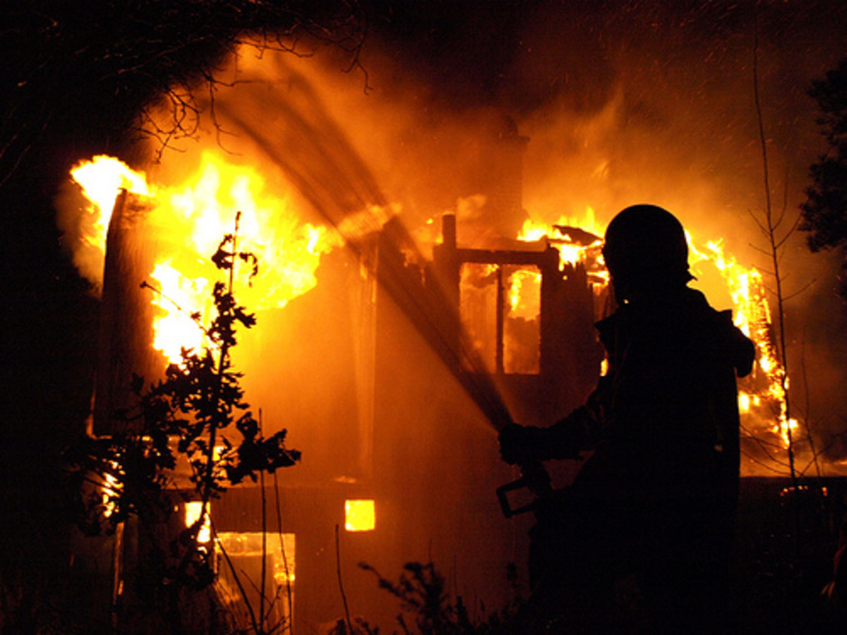 How to escape a burning house - steps and tips
